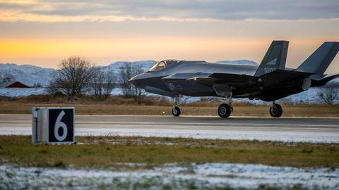 Kampflyet F-35 lander på Ørland flystasjon. Kostnadene ved anskaffelsen varierer med anslag på dollarkursen, men slike anslag dukker også opp i andre deler av statsbudsjettet.