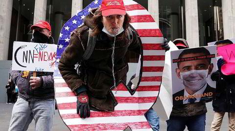 Konspirasjonsteorien Qanon er blitt anklaget for å spre rasisme, antisemittisme og islamofobi. Den er også blitt omfavnet av president Trump og hans støttespillere. Her demonstrer Qanon-aktivister til støtte for Fox News i New York City.