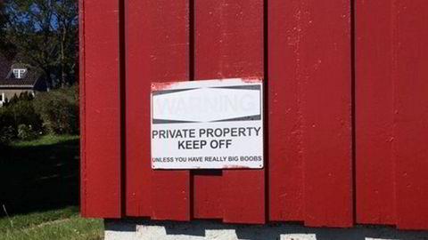 Skiltet er kjøpt i Fredrikstad og har stort sett fått positive reaksjoner, forteller eierne.