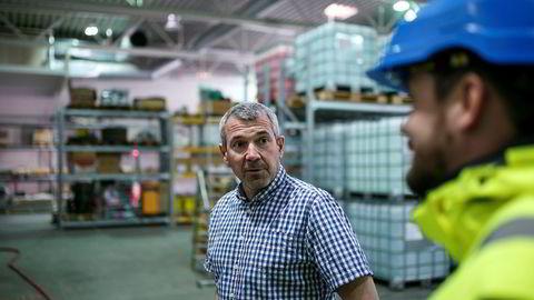 Avdelingsleder Vidar Antonsen (til venstre) og markedssjef Petter Bjørkli i Mento har hendene fulle med å levere forsyninger til oljeselskapene fra forsyningsbasen Polarbase ved Hammerfest.