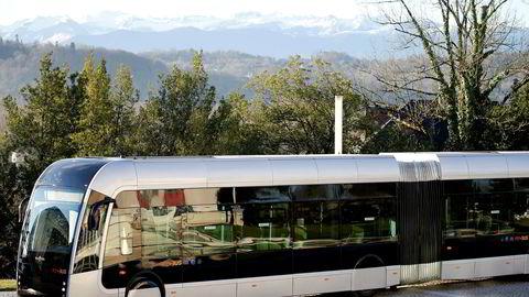 Den nye Febus hydrogendrevne bussen vises frem i Pau i Frankrike.