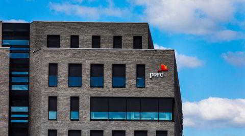 PwC hadde en rammeavtale med våpenselskapet Kongsberg om å bistå med compliance og antikorrupsjon. Våren 2012 søkte Kongsberg hjelp hos PwC for å granske korrupsjonsmistanker.