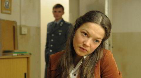 Julia Hausmann (Hannah Herzsprung) tatt inn til avhør av Martin Kupfer (Florian Lukas), sønn av en Stasi-topp, men selv en ordinær politimann uten partiambisjoner. De to innleder et forhold som blir satt på store prøver.