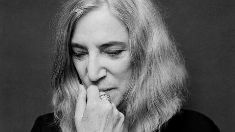 Patti Smith er en sentral musiker fra de siste halve århundret, men har like mye vært fan og formidler av andres poesi og kunst. Dette fortsetter hun med i den drømmeaktige reiseboken «Apens år».