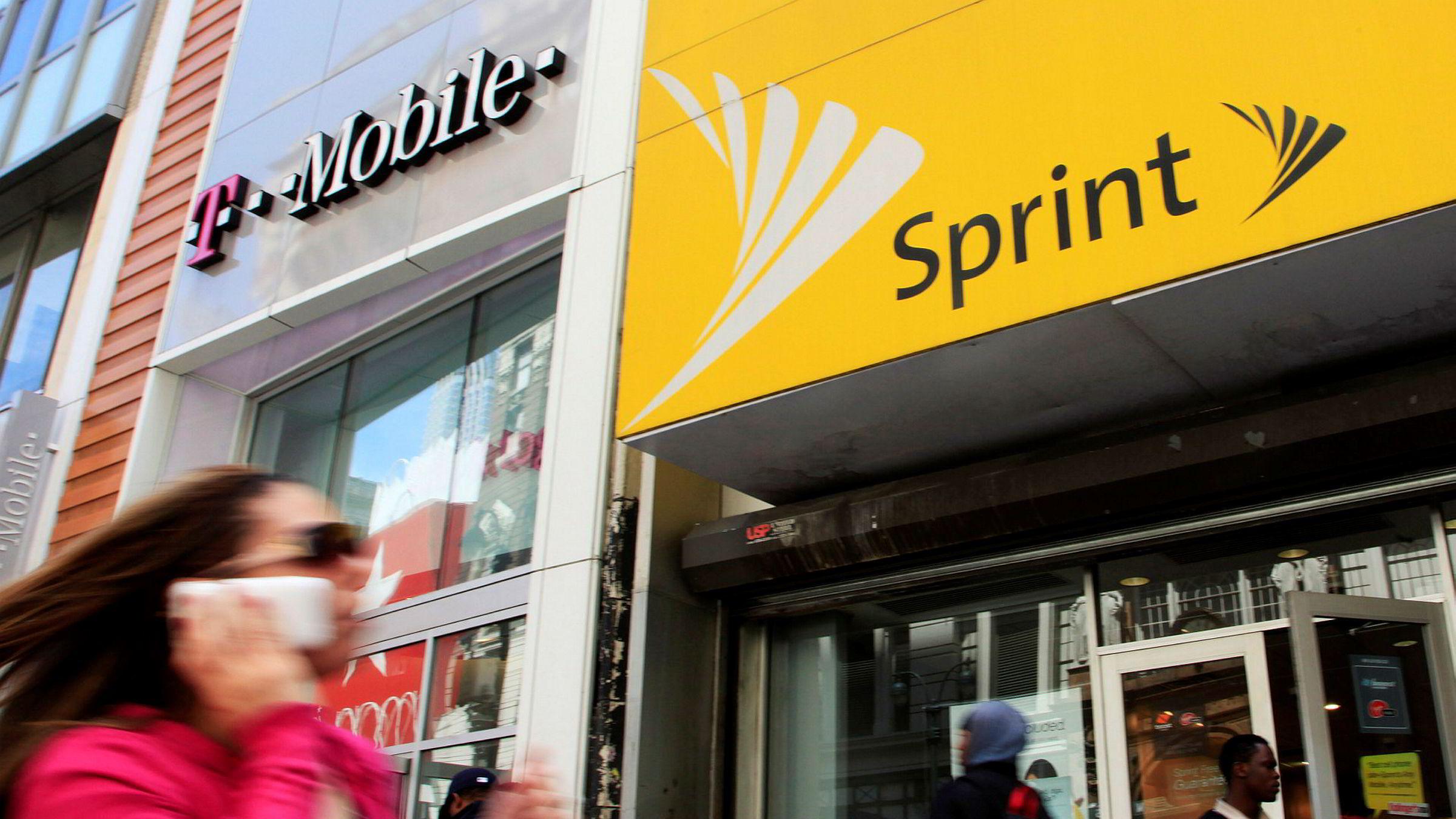 T-Mobile og Sprint kan spare milliarder på å slå seg sammen. Her konkurrerer de to selskapene i New York.