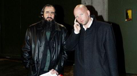 Da mulla Krekar (til venstre) ble løslatt fra Oslo Fengsel i 2004, ble han hentet av sin forsvarer Brynjar Meling.