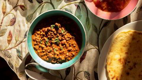 Kaninfôr fra subkontinentet. Fra øverst hvitløks- og ingefærpoteter, tomatchutney (tonk), dal makhani og pannestekte naan.