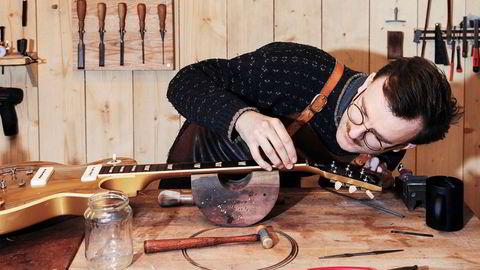 Gitarmakeren. Den unge gitarmakeren Lars Dalin reparerer verdifulle og gamle gitarer for samlere og kjente musikere.