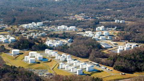 Driften av et enormt rørledningsnett i USA er stanset på tredje dagen som følge av et dataangrep. Her fra Colonial Pipeline oljelagertanker i Charlotte, Nord-Carolina.