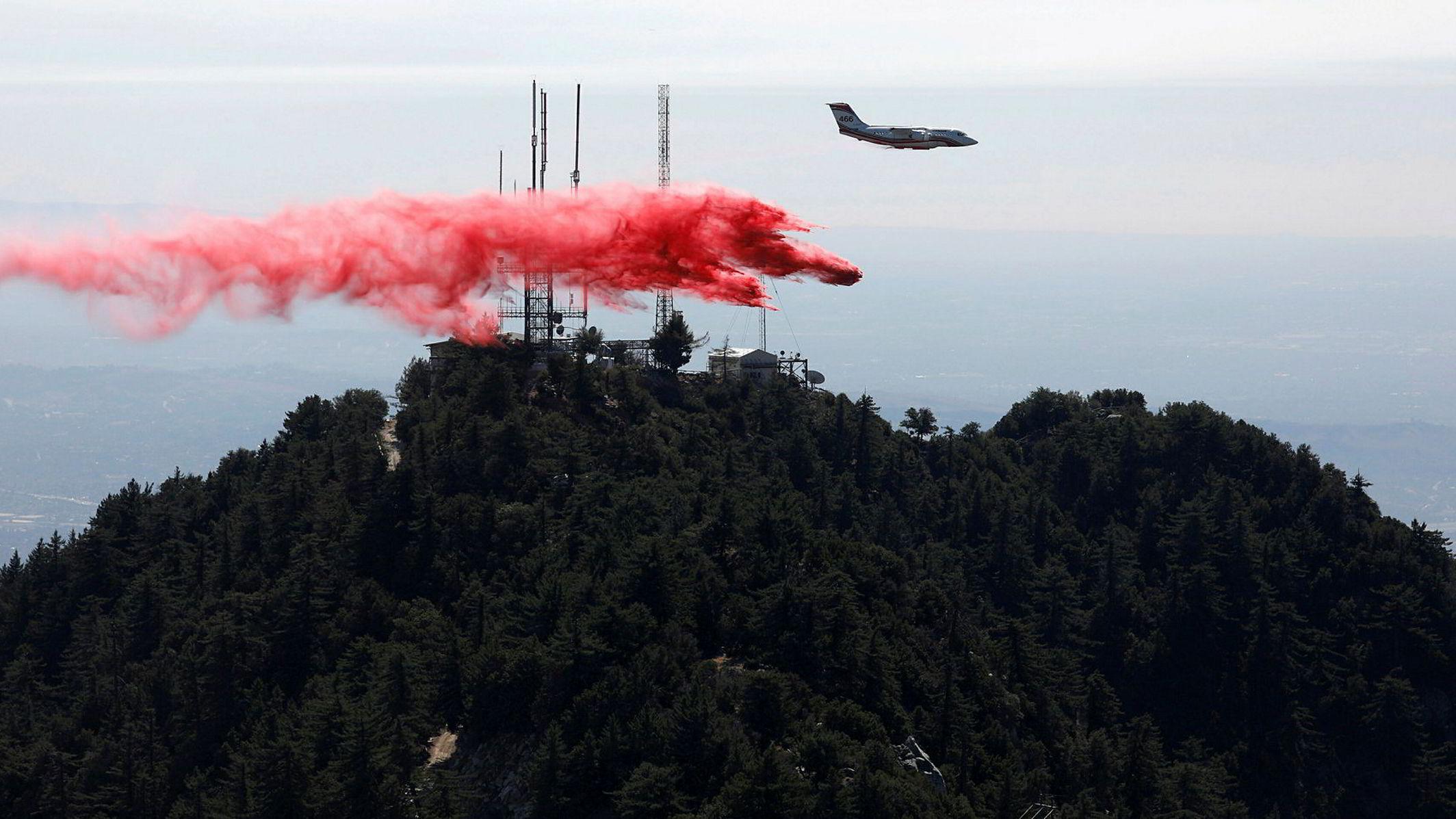 Et fly forsøker å slukke brannen nær Mount Wilson Angeles National Forest i Los Angeles i 2017.