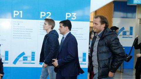 Fotballspiller Martin Ødegaard i følge med blant annet sin far Hans Erik Ødegaard i Hospital La Moraleja i 2015.