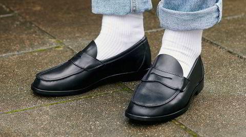 Tennissokk og mokasin. Den nye Aurlandskoen kommer med «ny» overdel og såle. Den er fortsatt produsert i Norge, men med hjelp fra skofabrikanter i Storbritannia og Italia, som skal ha oppjustert kvaliteten på skoen.