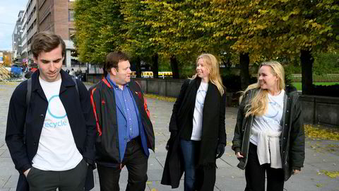 Frank Luntz likte BI-studentenes slagord «Recycle CO2» så godt at han avsto fra sitt vanlige honorar. Her er han samme med studentene Nicholas J. Boyd (fra venstre), Rebekka Hushovd og Pia Martine Ravndal Larsen.