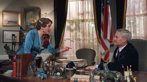 Kronprinsesse Märtha (Sofia Helin) og president Franklin D. Roosevelt (Kyle MacLachlan) snakker sammen, vel å merke i en scene fra tv-serien «Atlantic Crossing».