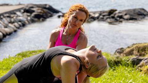 Livsstilscoach Christin Kalve er i ferd med å avslutte en pt-økt med Gunn Kristin Saltvik i strandkanten på Rommetveit utenfor Stord.
