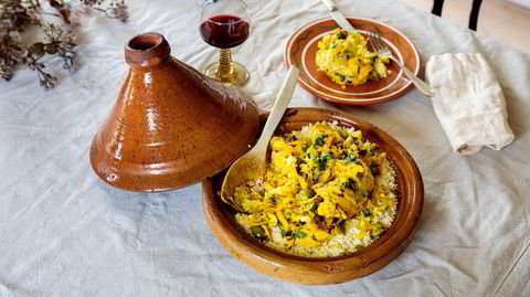 Aromatisk.Forfatterens versjon av tagine med kylling, saltet sitron og oliven er en intuitiv klassiker. Retten er perfekt for de som prøver seg på tagine for første gang - full av aromaer og smaker typisk for det marokkanske kjøkkenet, relativt ukomplisert og rask å få på bordet.