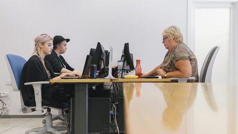 Nettets rengjørere. Fra dette kontoret på Malta gransker norske Milian Juvdal (21) innhold som brukerne av Schibsteds markedsplasser legger ut. Her sitter han sammen med sin svenske kollega Ellen Wahlström (20) og norske Mette Aas (56). Mottoet til selskapet er: «Vi gjør rent internett for deg»