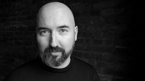 Douglas Stuart jobber som klesdesigner i New York, men har i år slått gjennom med et brak som forfatter med debutromanen «Shuggie Bain».