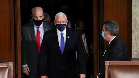 Visepresident Mike Pence på vei inn i Kongressen for å bekrefte formelt at Joe Biden er valgt til USAs neste president.