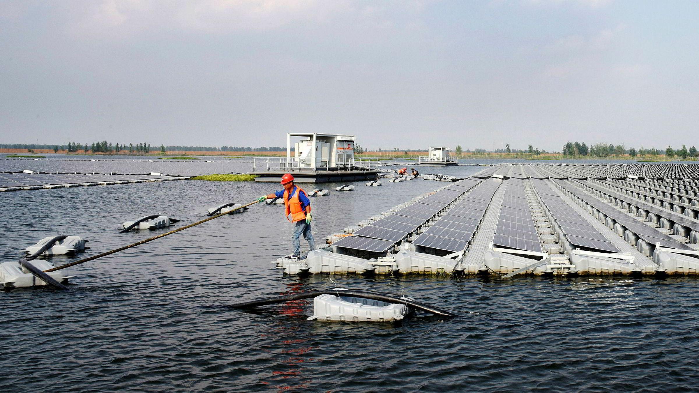 For ti år siden hadde Kina bygd ut 100 MW solpaneler, i fjor var det bygd ut i alt 77.000 MW. Kineserne står for det aller meste av ny utbygging av solenergi, her en flytende solpanelpark i Kina.